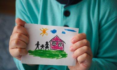 """Картина, постер, плакат, фотообои """"ребенок держит нарисованный дом с семьей """", артикул 65360323"""