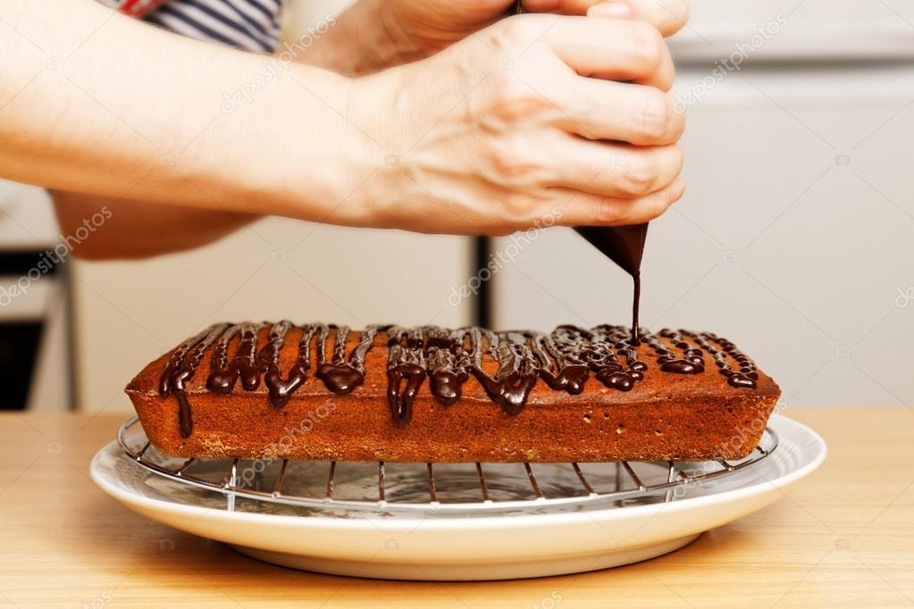Chef Dekorieren Sie Den Kuchen Mit Schokolade Stockfoto C Mark Ka