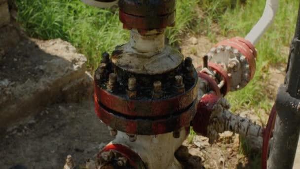 Tlakoměry a potrubí olejem potřísněné. Práce ropného čerpadla na ropném poli. Koncept znečištění životního prostředí