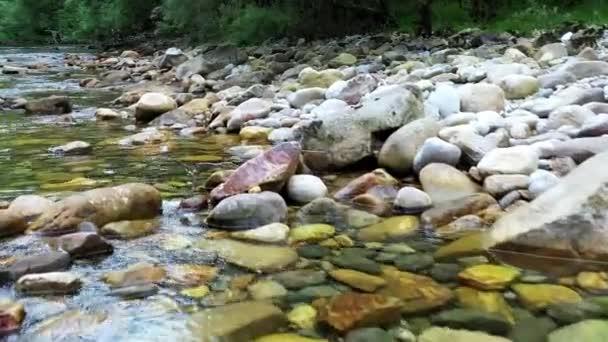 A folyóra néz. Drónlövés. Cantabria, Spanyolország. Európába. 4K.