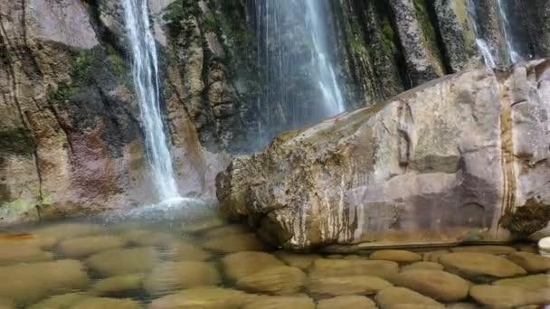 Vodopád při pohledu na skalnatý útes. Střelba z dronu. Španělsko, Evropa. 4K.