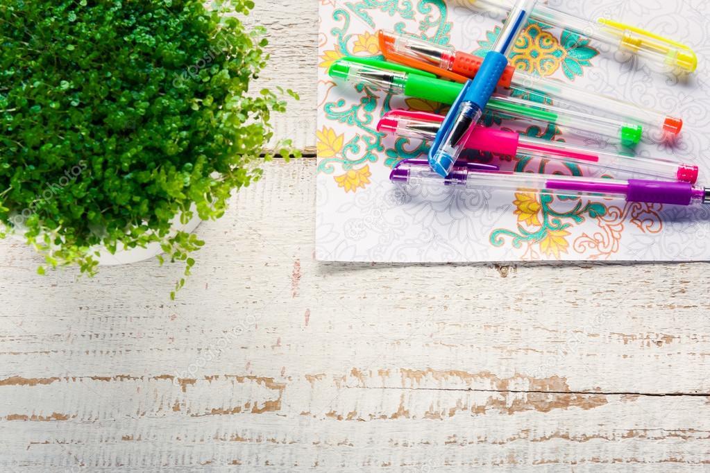 Escritorio retro con libros para colorear adultos, tendencia para ...