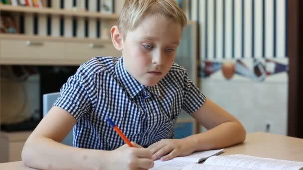 Aranyos szőke tizenéves fiú tanulmány