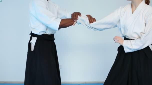 Két személy fekete hakamát gyakorlat Aikido harcművészeti képzés