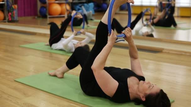 Ženy cvičení Pilates