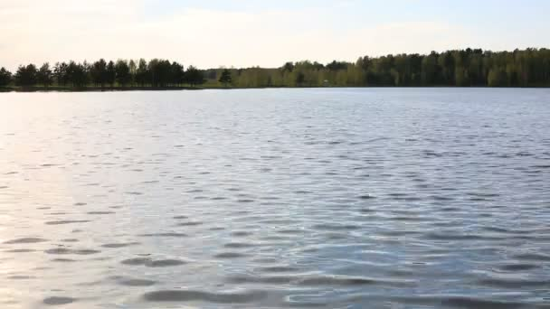 A víz felszínén egy tó