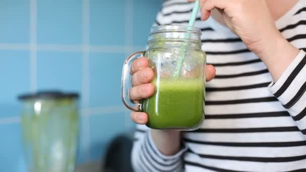 Žena, ochutnávka zelený koktejl
