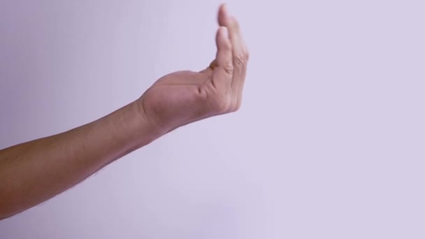 Otočte dlaně vzhůru a ohněte konečky prstů k sobě, přivádějte.