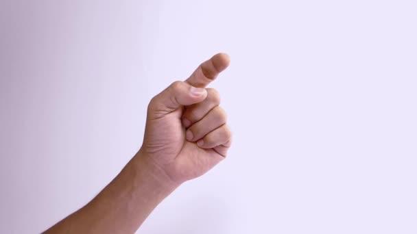 Számok kiszámítása. Közelkép felismerhetetlen férfi számolás 1-től 5 ujjal, elszigetelt fehér háttér másolási hely a reklám. Helyével a szövegnek vagy a képnek. Kézmozdulat