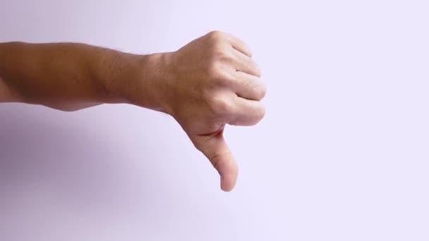 Skloňte palec a projevte příznaky nesouhlasu.