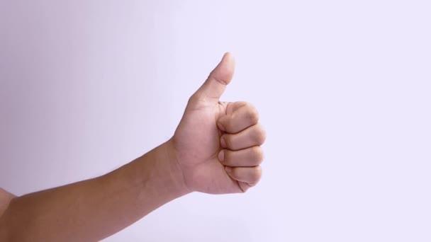 férfi kéz, amely hüvelykujj fel egy fehér háttér. Hüvelykujj felemelő jel izolálva.