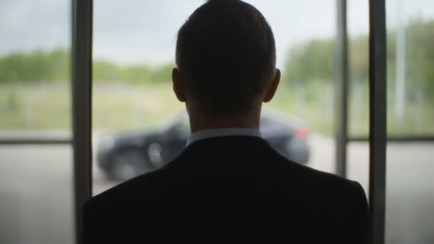 Geschäftsmann zu Fuß zum Auto