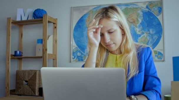 Progettista creativo femminile che lavora al computer portatile
