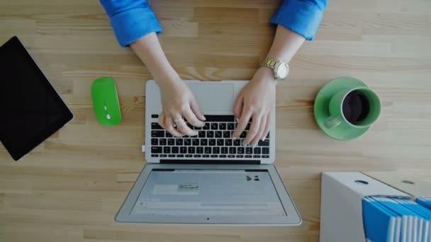 Žena ruce bít na přenosném počítači