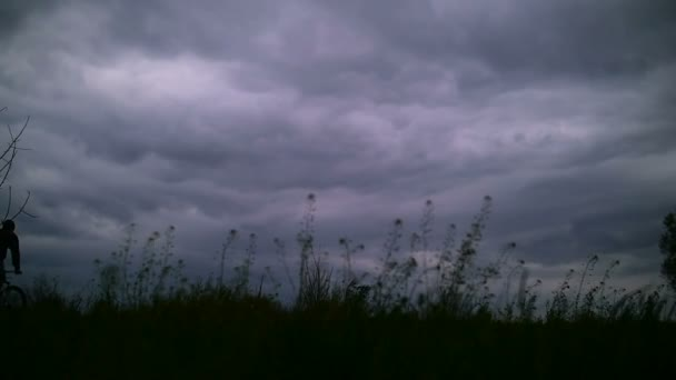 Silueta Biker na večerní obloze