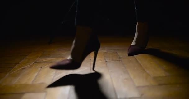 Žena nohy v botách na vysokém podpatku chůze na dřevěnou podlahu
