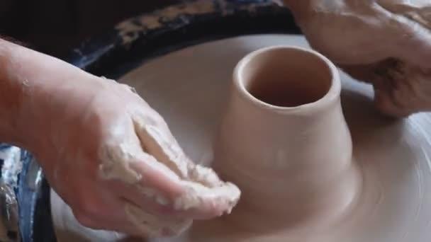 Töpfer formt das Tonerzeugnis mit Töpferwerkzeugen auf dem Töpfer