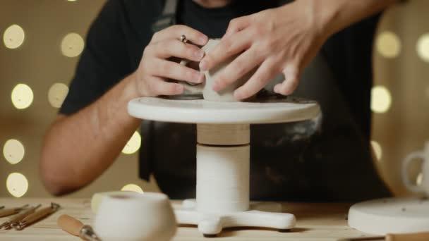 Nahaufnahme eines Töpfers, der Keramik-Tonbecher im Töpferatelier herstellt