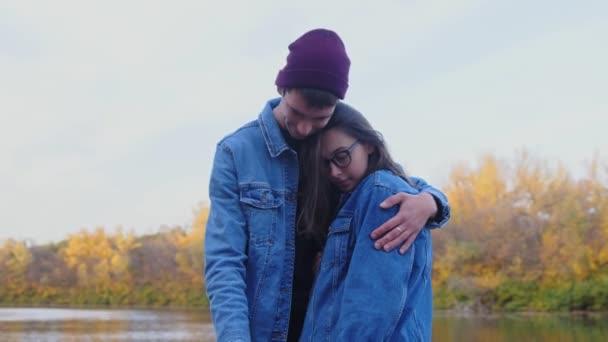 Romantikus kaukázusi fiatal pár ölelés őszi parkban