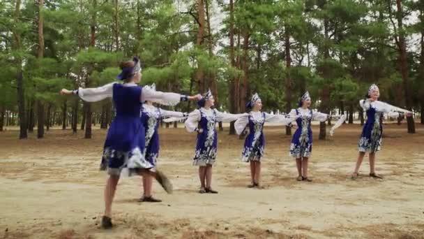 Hat fiatal gyönyörű nő táncol orosz tradicionális táncot a nyári erdőben.