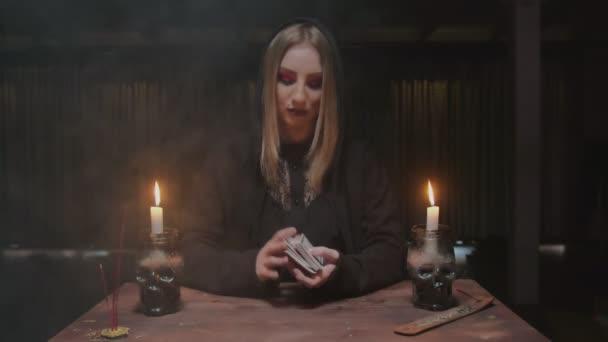 Štěstěna tarot čtenář zamíchejte karty a připravte je na budoucí vyprávění