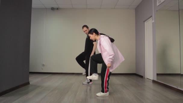 Paar junger Tänzer tanzt Hip-Hop im Musikstudio.