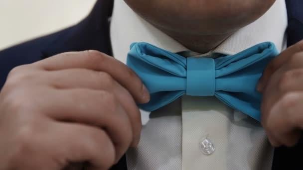 az ember beállítja a kék csokornyakkendő közelről