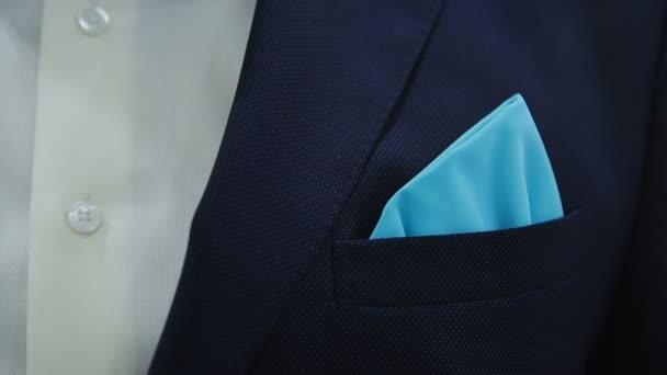 az ember beállítja a sálat, kabát közelről