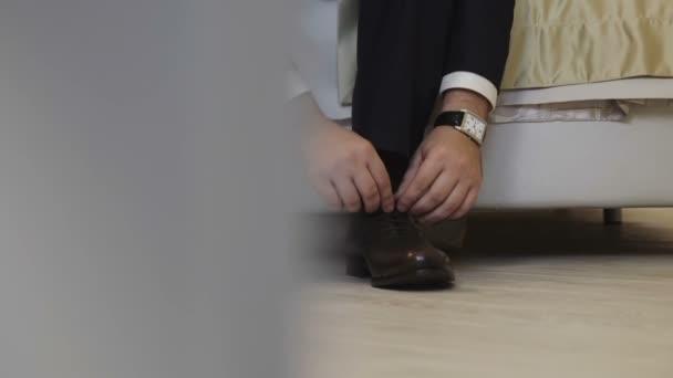 Obchodní muž oblékat se s elegantní boty. Ženich nosí boty na svatební den, vázání tkaničky a příprava