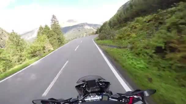 Motorrad unter scharf wird, wie sie der Berge Sicht reitet