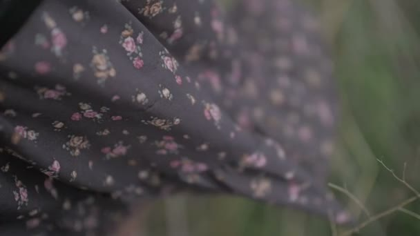 tmavé šaty s květinovým tisku vane vítr oblečený krásná žena, zavřít až plochý barevný záběr zelené pozadí Netříděné