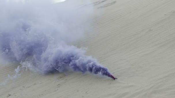 Dýmovnice modrá kouří na písku pozadí Zpomalený pohyb