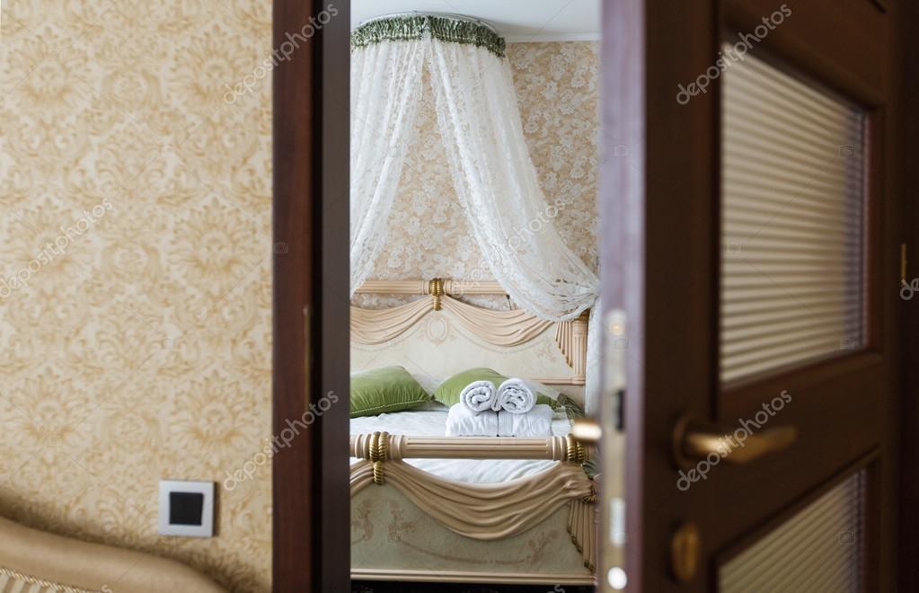 Halb geöffnete tür  offene Tür aus einem Hotel-Schlafzimmer — Stockfoto #102611868