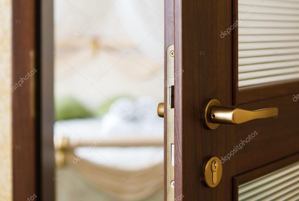 Halb geöffnete tür  Halb offene Tür aus einem Hotel-Schlafzimmer — Stockfoto © Milkos ...