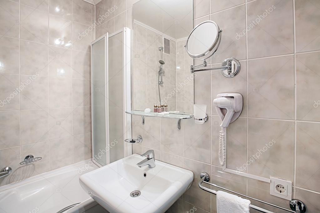 Innere von einem modernen Hotel-Badezimmer — Stockfoto © Milkos ...