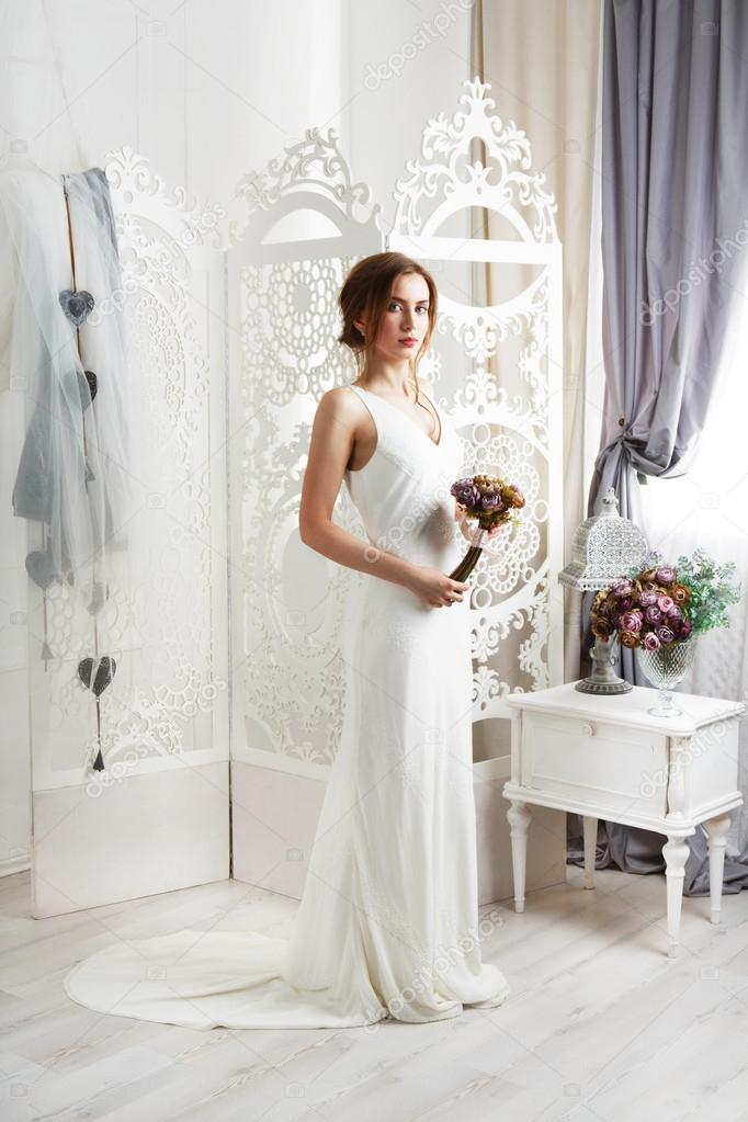Schöne junge Braut in Vintage Brautkleid — Stockfoto © Milkos #108264000