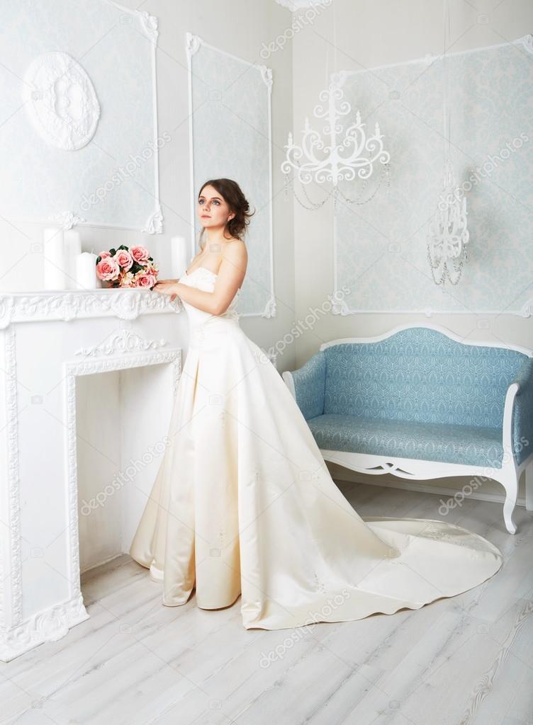 Schöne junge Braut in Vintage Brautkleid — Stockfoto © Milkos #108515582