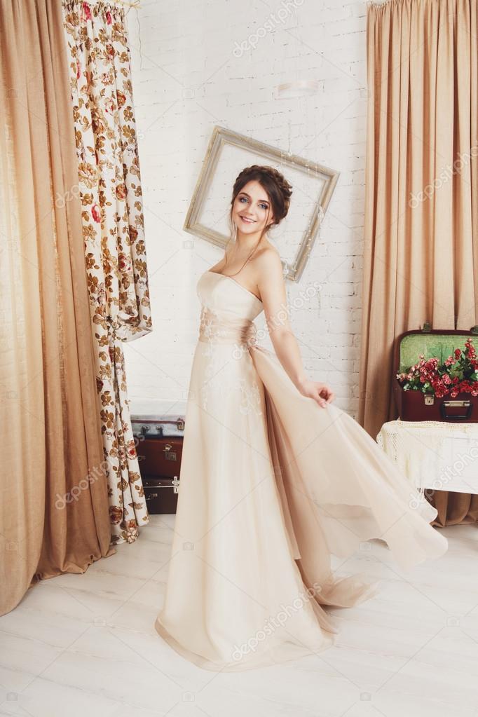 Schöne junge Braut im Hochzeitskleid Champagner — Stockfoto © Milkos ...