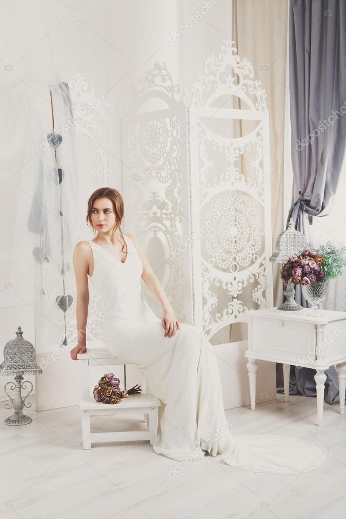 Schöne junge Braut in Vintage Brautkleid — Stockfoto © Milkos #110689748