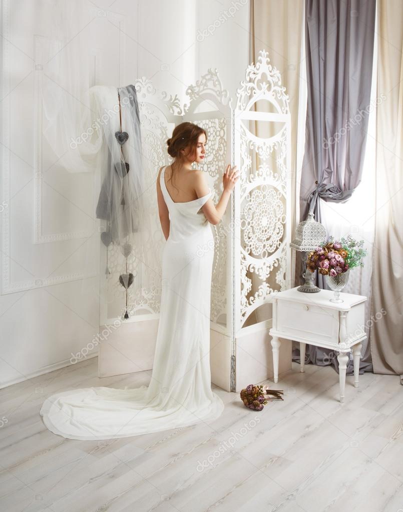 Schöne junge Braut in Vintage Brautkleid — Stockfoto © Milkos #110689790