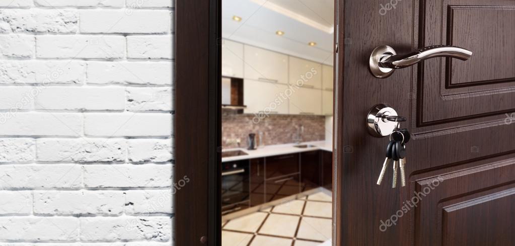 Halb geöffnete tür  offene Tür von einer modernen Küche-Nahaufnahme — Stockfoto #112205798