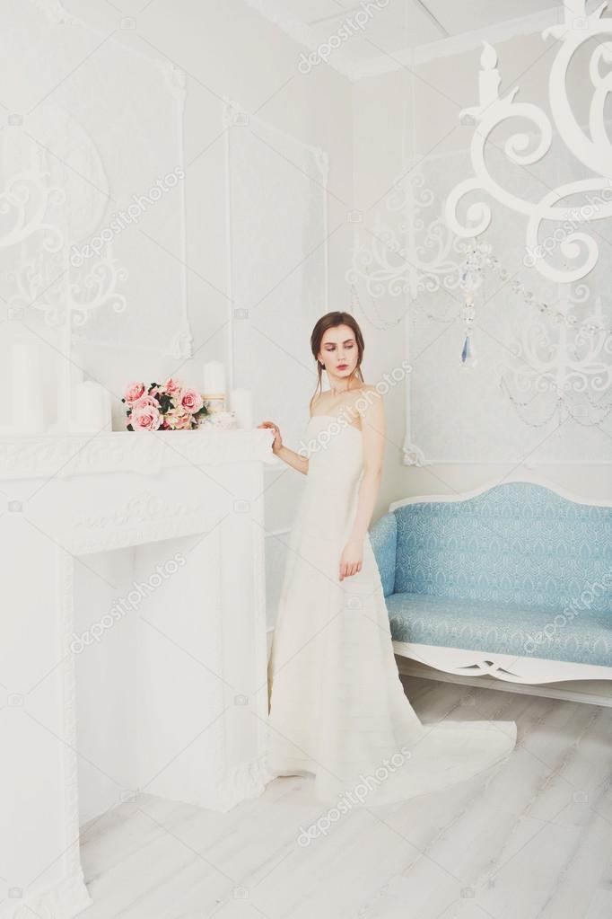 Schöne junge Braut in Vintage Brautkleid — Stockfoto © Milkos #112574188