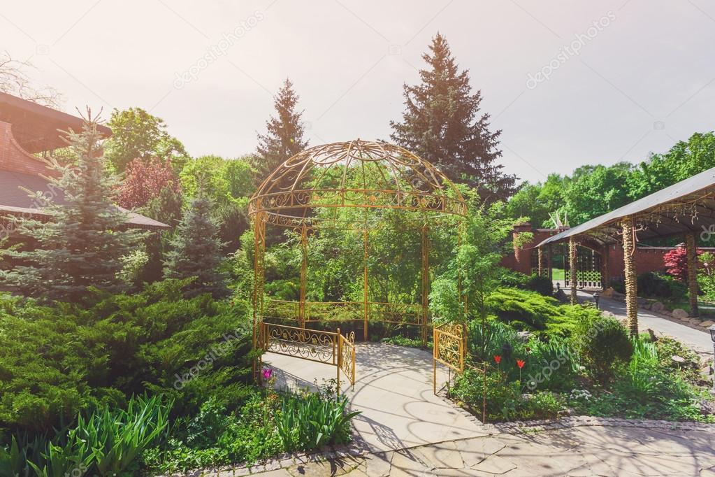 Aménagement paysager, allée de jardin pour gazebo — Photographie ...