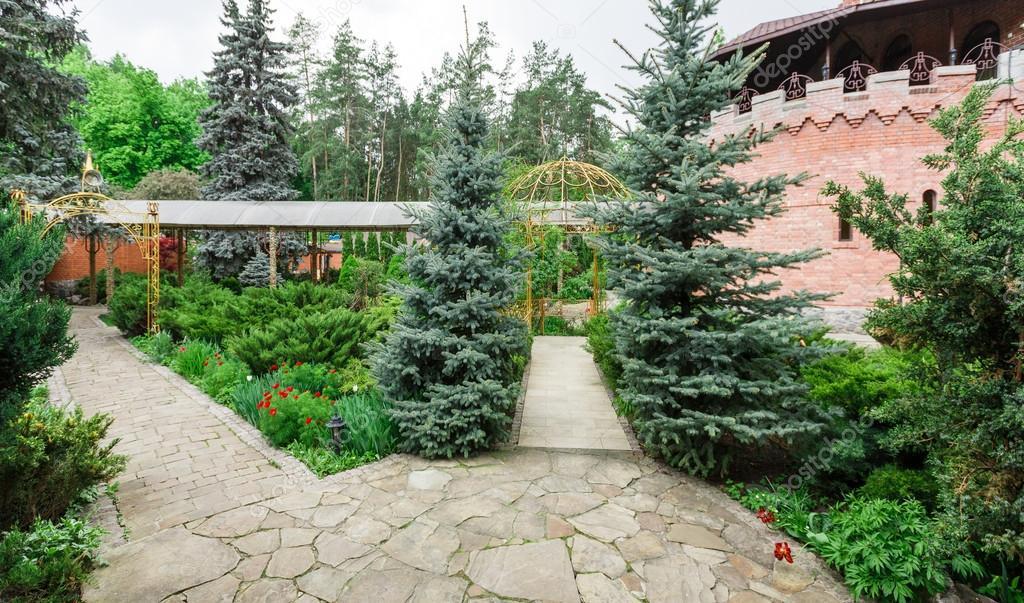 Diseño del paisaje, arbustos siempreverdes y camino — Foto de stock ...