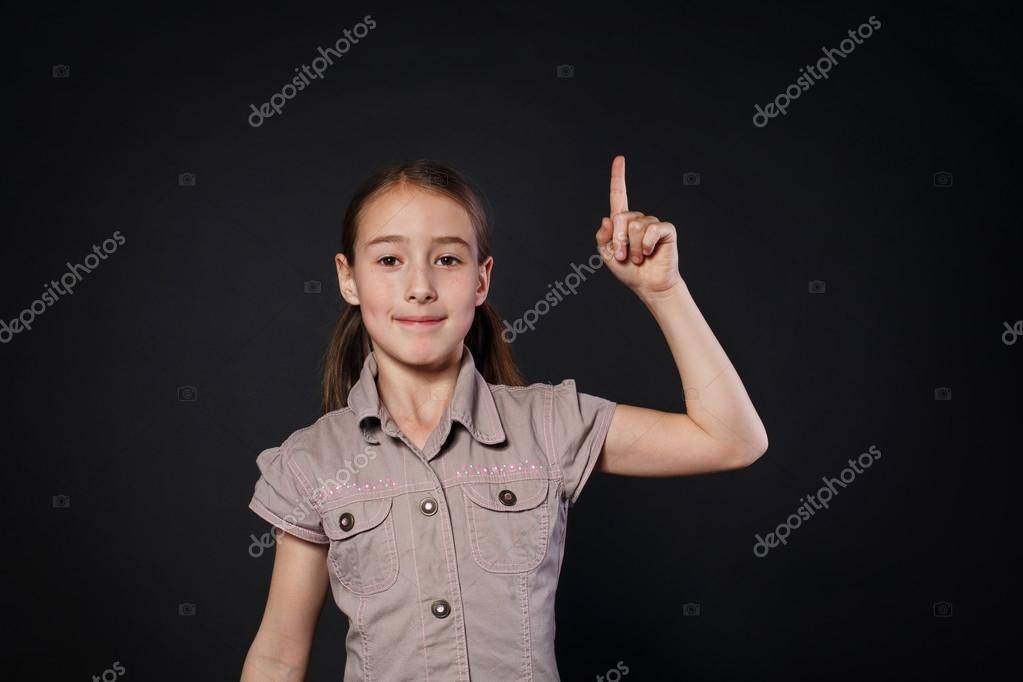 Kleine meisje heeft idee kind toont vinger omhoog eureka