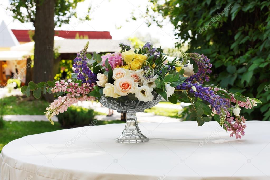 Schoner Blumenstrauss Im Freien Floristische Dekoration Am Weissen