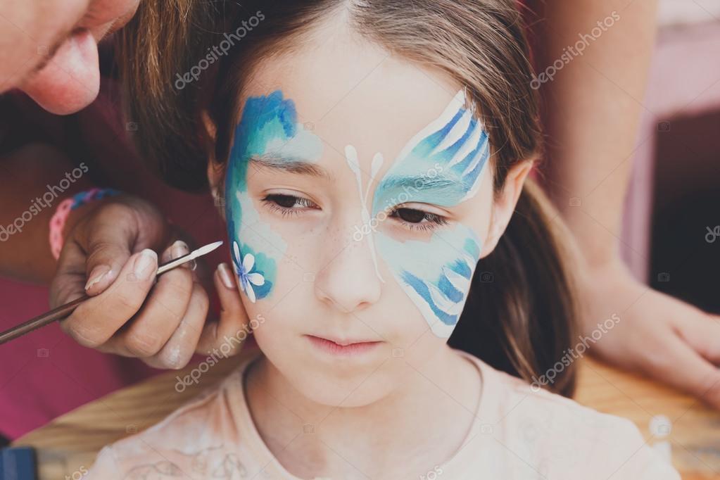 Kadın çocuk Yüz Boyama Kelebek Süreci Stok Foto Milkos 124017676
