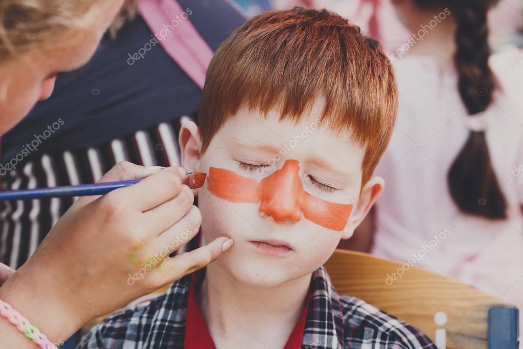 Kind jongen gezicht schilderen tijger ogen besluitvormingsproces stockfoto milkos 124017710 - Schilderen kind jongen ...