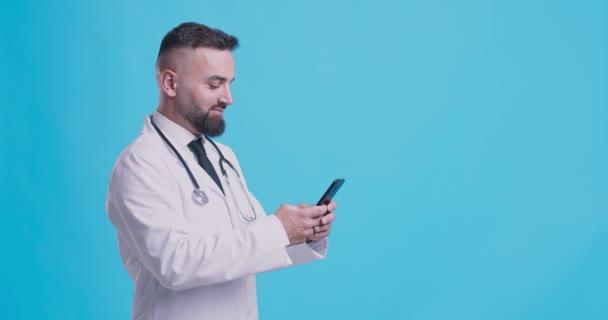 Arzt mit Mobiltelefon, SMS an Patient, Information über medizinische Testergebnisse, blauer Hintergrund mit Leerzeichen