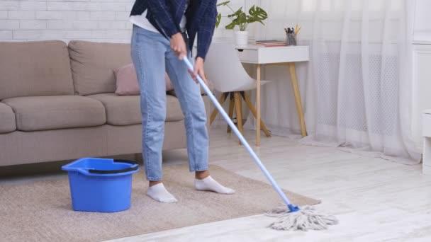 Putzen zu Hause. Unerkennbarer Hausfrauenwaschboden mit Wischmopp und Eimer